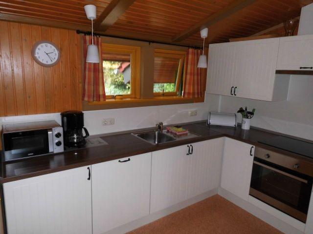 Küchenansicht mit elektrischen Geräten wie Mikrowelle etc.