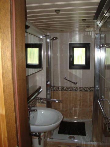 Bad und WC mit Fußbodenheizung und Fenster