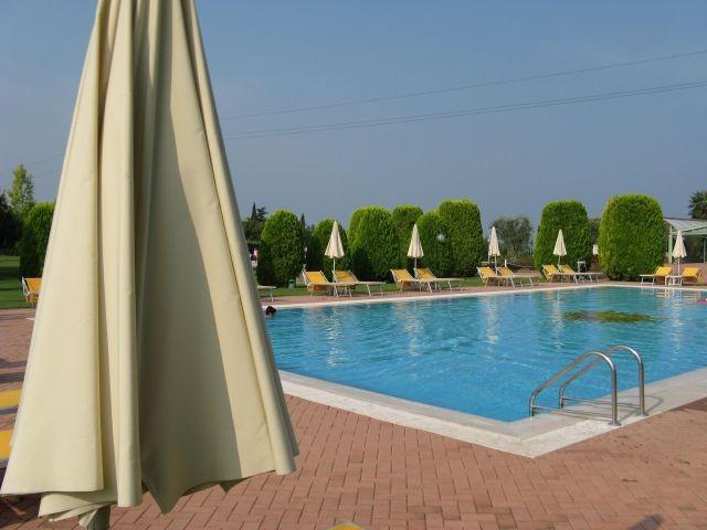 Bilddetail der Poolanlage in Pacengo bei Lazise. 8.000 m² Park!