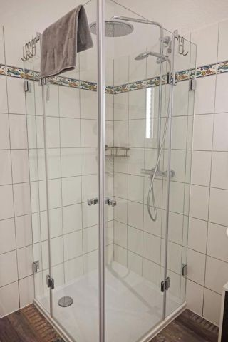 Dusche im Bad im OG