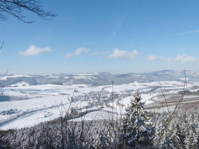 Blick übers winterliche Hochsauerland