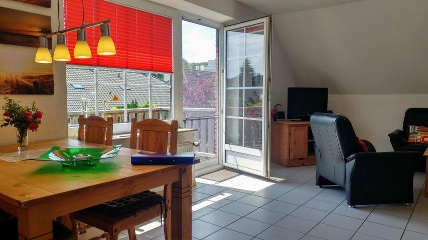 Wohn- Essbereich mit sonnigem Balkon