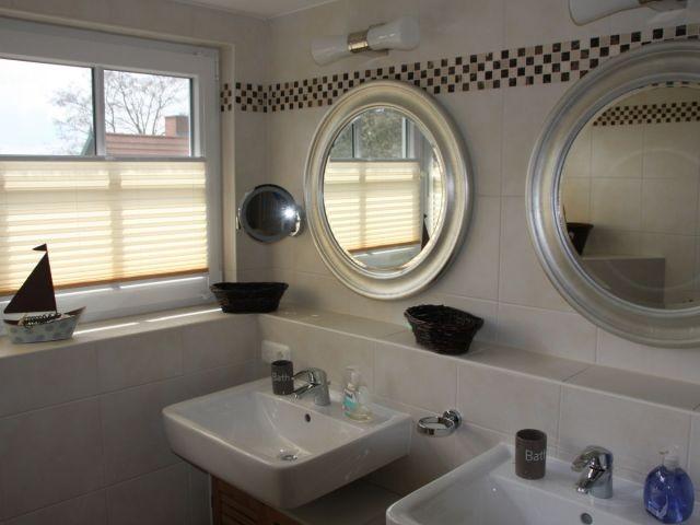 Duschbad mit 2 Waschbecken im OG