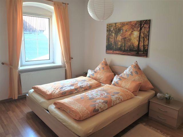 Großes Schlafzimmer, ein Kinderbett kann gestellt werden