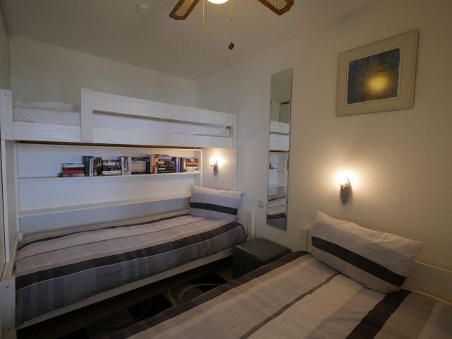 Zwei große Einzelbetten und ein Hochbett für Kinder ab 3 Jahren