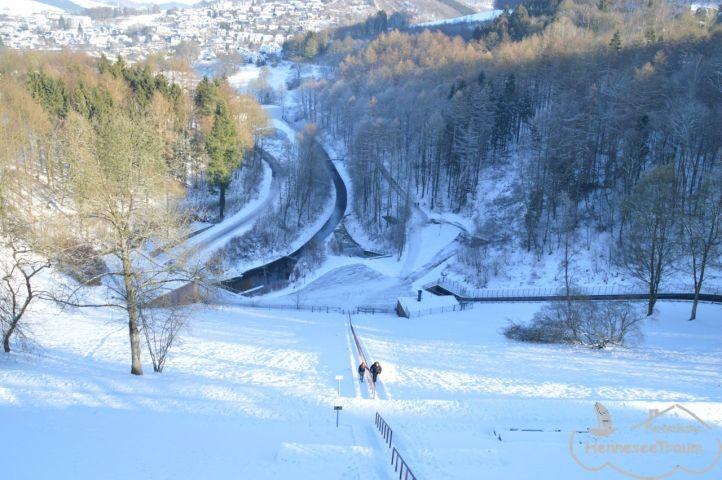 Blick vom Damm auf die Himmelstreppe im Winter