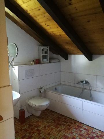 Das Bad ist gleich nebenan,mit Wanne..