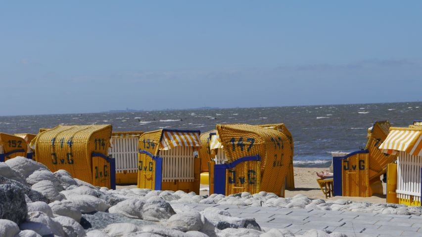 Ein Strandkorb gehört in der Saison zur Ferienwohnung, leider nicht am Hundestrand