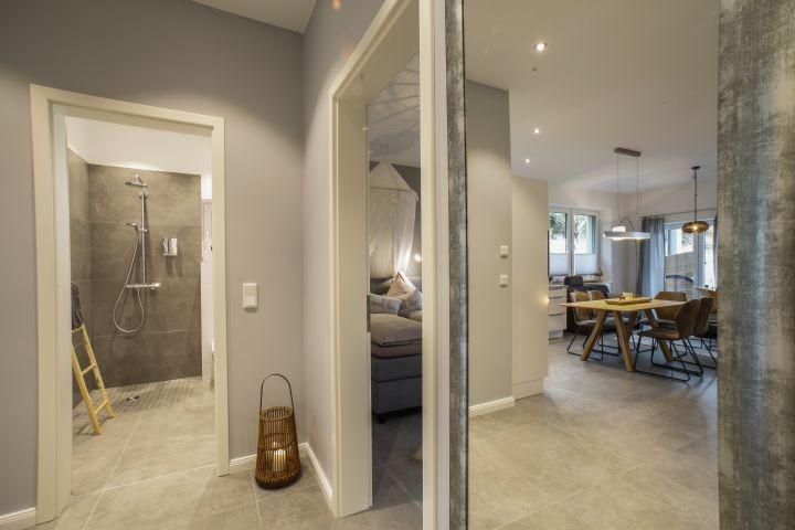 das Wohnzimmer im Spiegel betrachtet