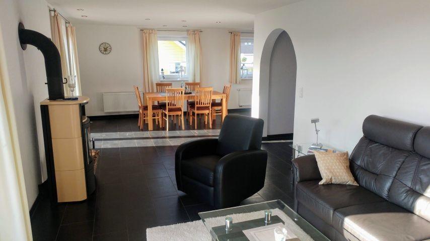 Blick vom Wohnzimmer in den Essbereich