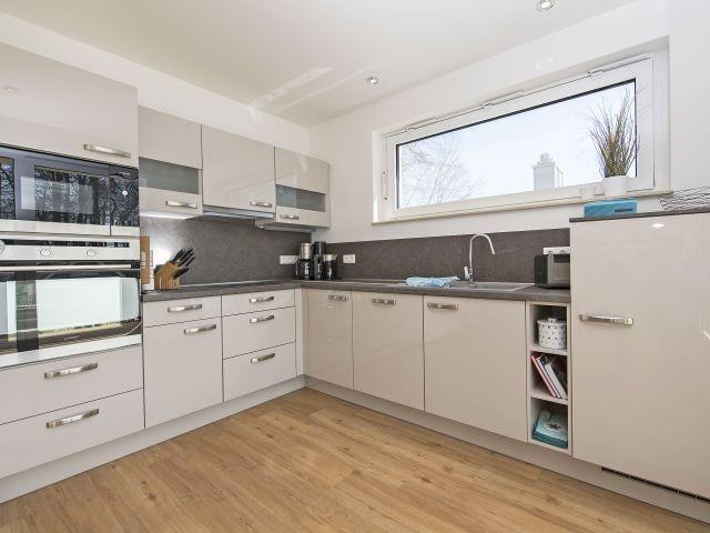 Küche mit Backofen, Mikrowelle, Geschirrspüler
