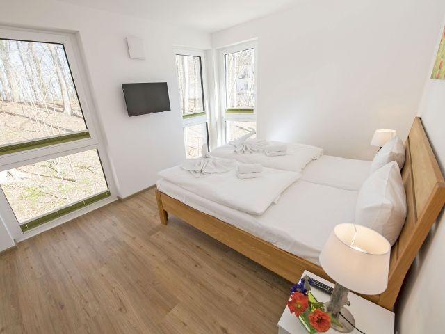 1. Schlafzimmer mit Doppelbett, TV, Kleiderschrank