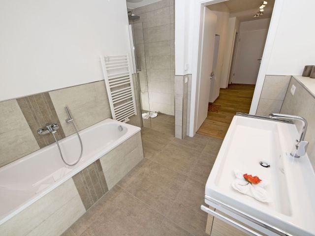 Bad mit Badewanne, Dusche, WC, Waschtisch