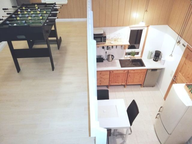 Blick von der Galerie mit Tischkicker in die Küche