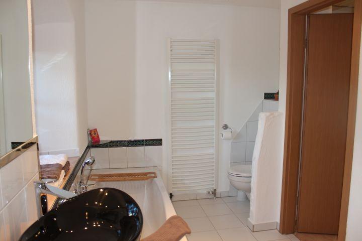Das Badezimmer mit Badewanne...