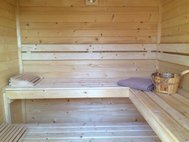 Sauna mit gemauerter Außendusche