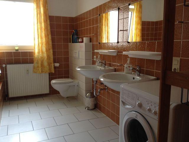 großes Badezimmer mit Waschmaschine