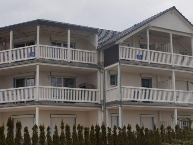 Vorderansicht mit den 2 Balkonen und Strandkorb