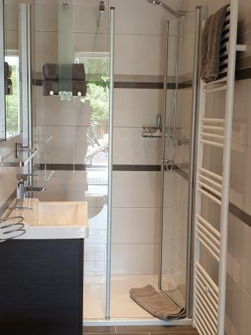 Badezimmer mit bodengleicher Dusche