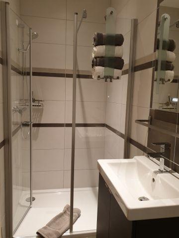 Badezimmer mit bodengleicher Dusche (Elternschlafzimmer)