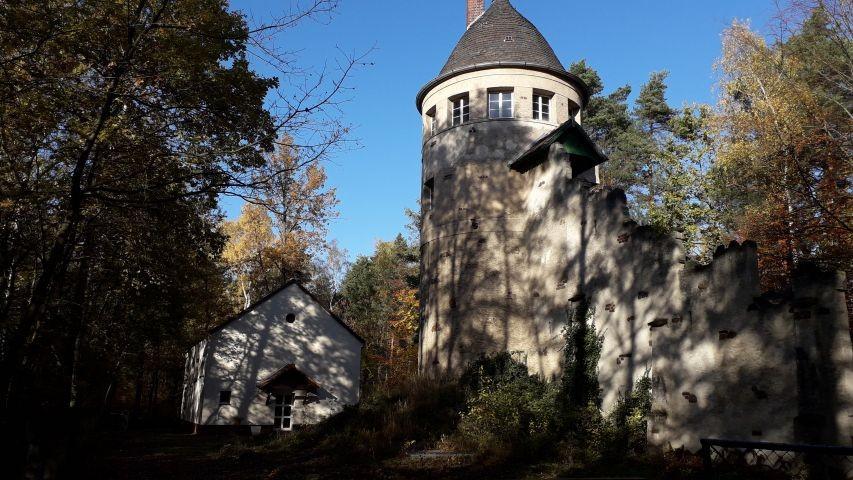 Forsthaus am Wasserturm im Herbst