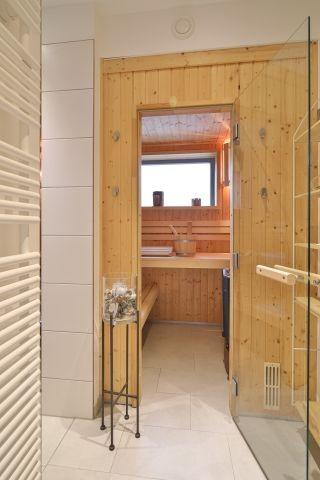 Die geräumige Sauna befindet sich im EG