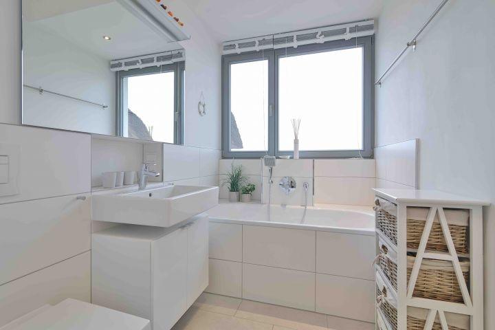 Badezimmer im OG mit Badewanne und separater Dusche