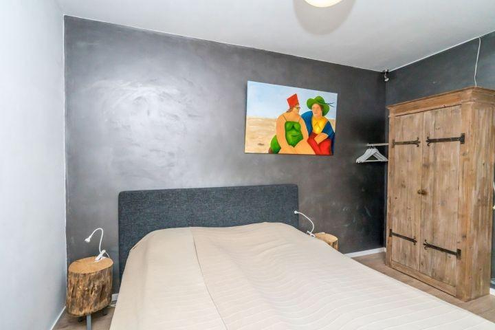 Schlafzimmer 1 mit Doppelbett und Fernseher