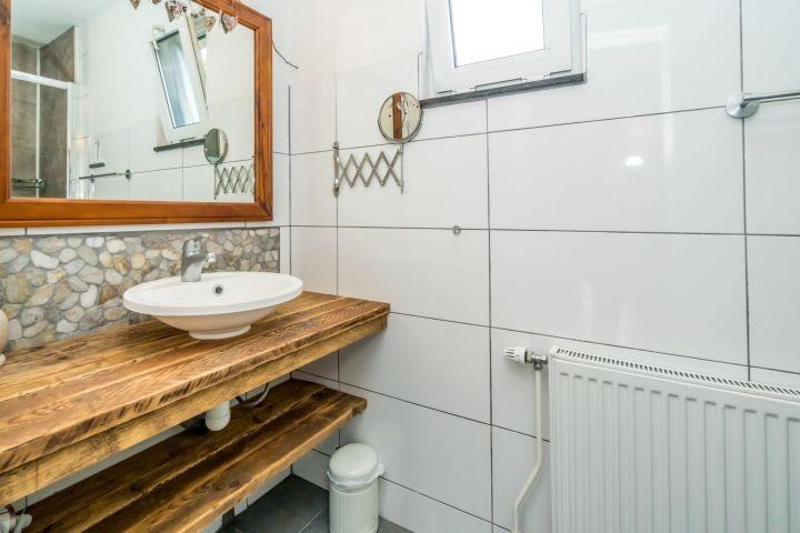 Badezimmer mit Regendusche und Waschbecken