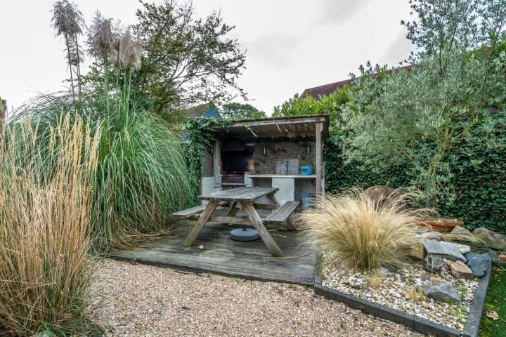 Die Außenküche mit Picknicktisch