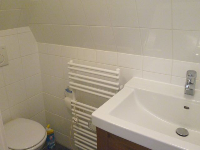 Badezimmer mit kleiner Dusche und WC im Dachgeschoss
