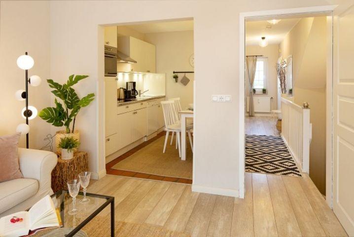 Wohnbereich, Küche und Eingangsbereich