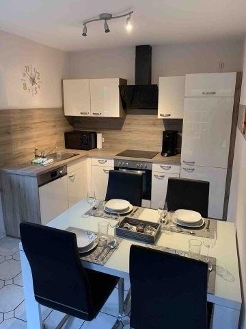 Küche mit Esstisch und Stühlen