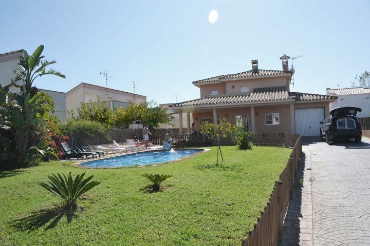 Das grüne hocheingefriedete Anwesen unserer Villa Javi