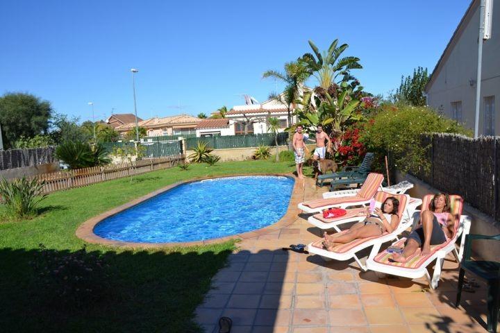 großer Poolbereich mit Sonnenterrassen