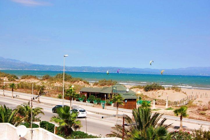 Strandcafes und Surfschule gleich nebenan.