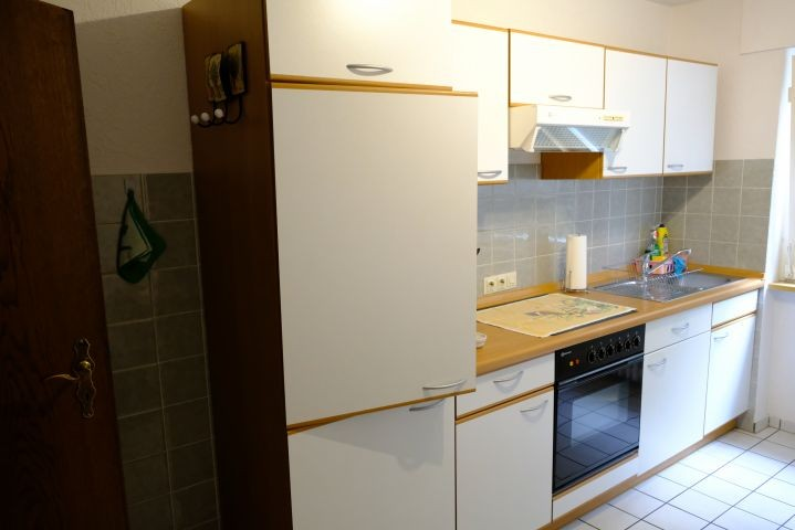 Einbauküche mit Essecke, Backofen, Mikrowelle, Geschirr, Besteck, etc.