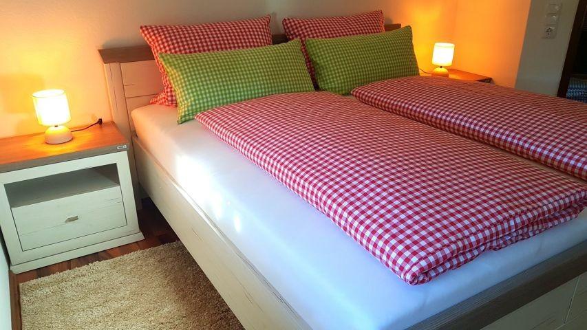 1. Schlafzimmer 180x200cm Bett   Komforthöhematrazen   Topper
