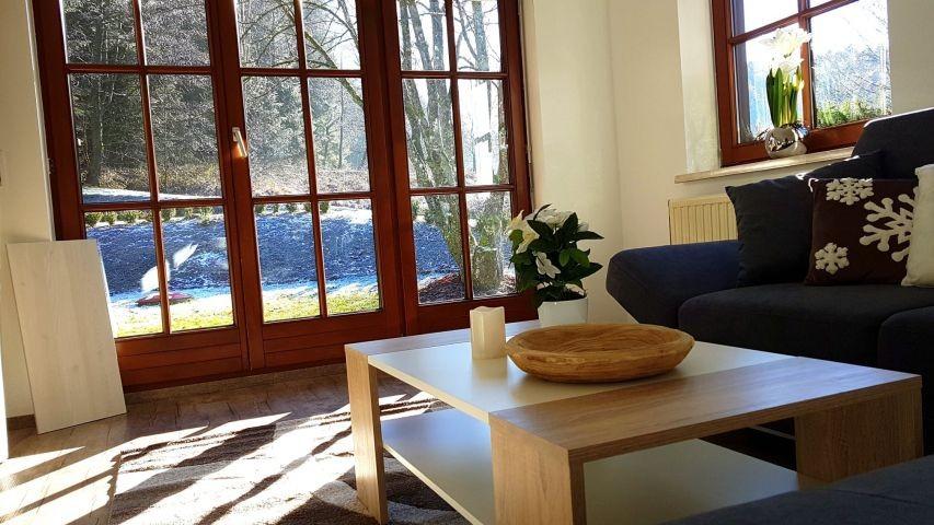 Wohnzimmer im EG mit Terrassentür zum Garten hinaus