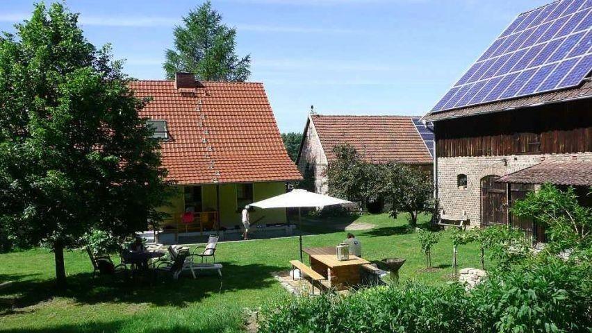 Großer eingezäunter Innenhof mit Grill und Sitzmöglichkeiten