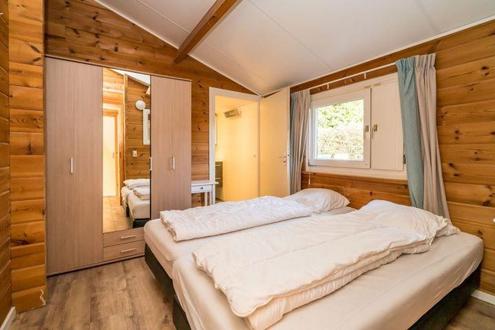 Schlafzimmer 1 mit 2 Boxspringbetten und eigenem Badezimmer (2019)