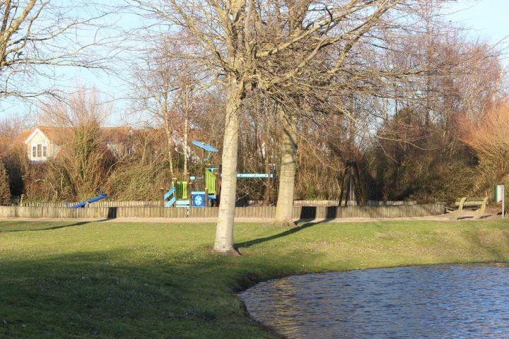 Spielplatz mit Spielwiese im Park