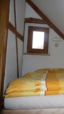 die Schlafkammer vor der Renovierung 2020, rechts befindet sich noch ein Dachfenster
