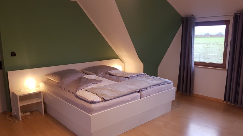 Schlafzimmer Eins mit Doppelbett und TV
