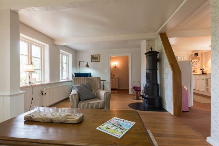 Wohnzimmer mit Blick auf Sitzecke und Kaminofen