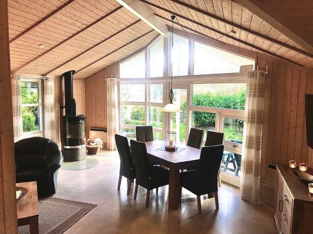 Blick in den Wohnraum mit Glasgiebel