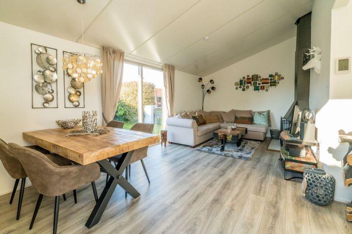Das helle, gemütliche Wohnzimmer mit Kaminofen