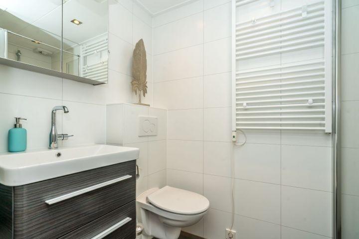 Das neue Badezimmer mit Dusche, Waschbecken, Toilette