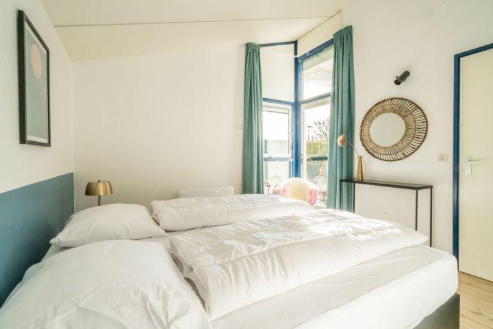Schlafzimmer 1 mit 2 Luxus Boxspringbetten und Schrank