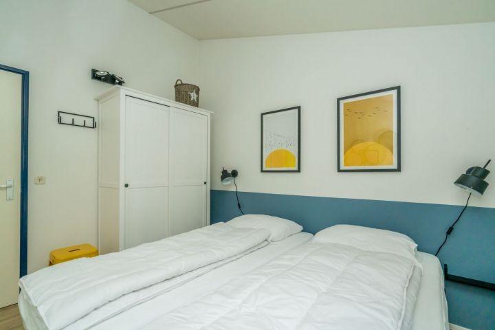 Schlafzimmer 2 mit 2 Luxus Boxspringbetten und Schrank